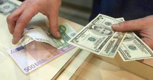 Dólar baja levemente